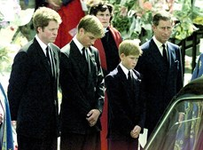 Os príncipes, ao lado do pai, durante as cerimónias fúnebres