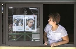 Cartazes com o rosto de Maëlys de Araújo foram espalhados em dezenas de estabelecimentos da localidade onde a menina desapareceu