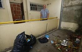 Imediações do prédio têm muito lixo e os moradores acreditam ser uma das causas da praga de baratas que os afeta