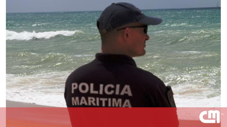 Man dies after boat turns in beach Aldeia do Meco – Portugal