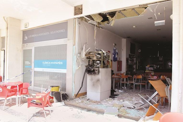 Montra do café Pôr-do-Sol, em Miramar, Vila Nova de Gaia, ficou totalmente destruída na sequência da explosão