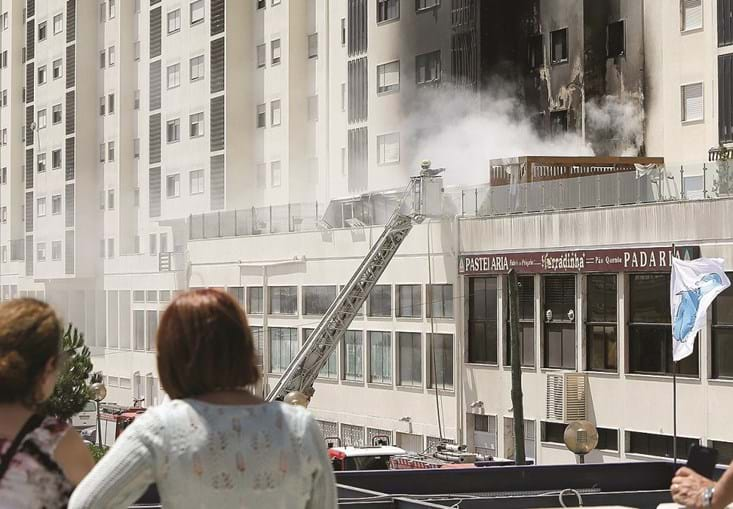 Bombeiros precisaram de uma grua para acederem ao terraço, onde teve início o incêndio