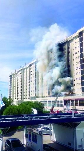 Coluna de fumo invadiu toda a fachada do prédio