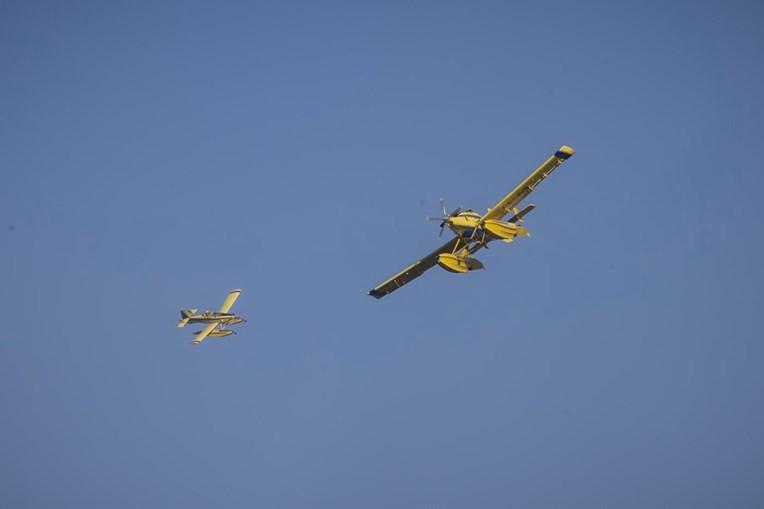 Avião de combate a fogos Fire Boss em ação