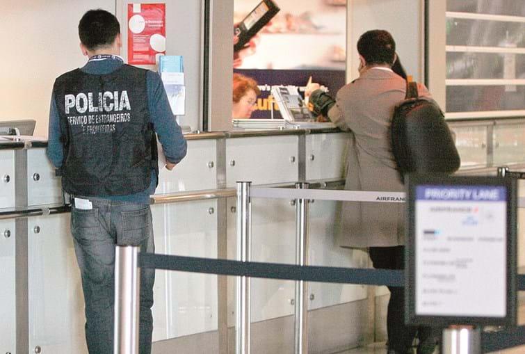 Inspetor do SEF no Aeroporto de Lisboa