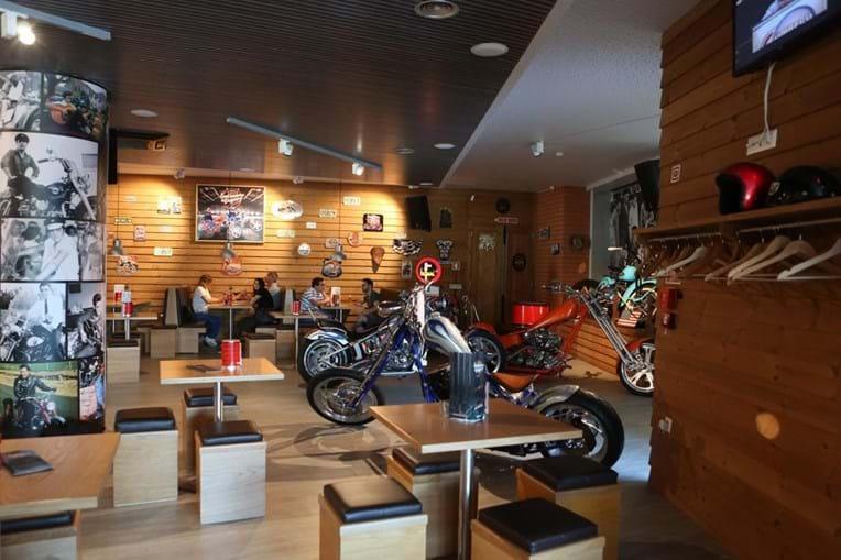 Emblemático & Original serve bebidas e vende motos