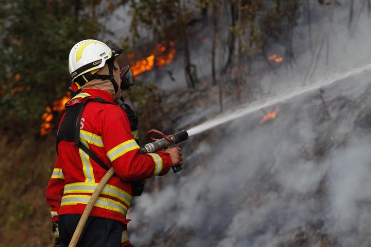 Bombeiros no combate às chamas