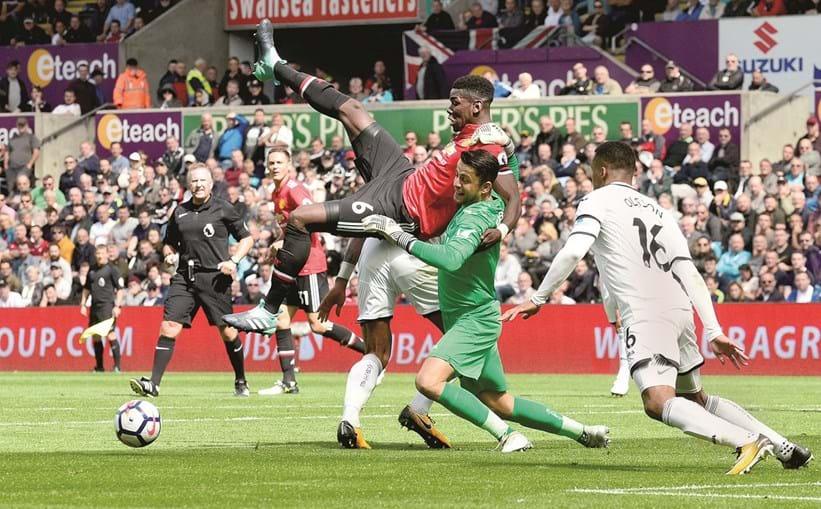 Pogba, autor do terceiro golo, disputa um lance com o guarda-redes Fabianski