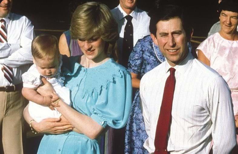Diana com o príncipe Carlos e o príncipe Harry, em 1985