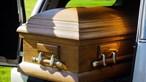 Homem declarado morto acorda no momento em se preparavam para o embalsamar