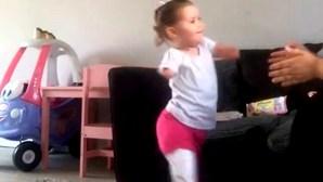 Menina sem braços nem pernas dá os primeiros passos com próteses