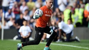 Mourinho troca banco por baliza em jogo de homenagem