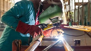 Homem corta pénis com serra industrial no trabalho