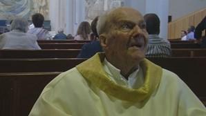 Padre com cem anos ainda celebra a missa
