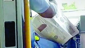 Motorista apanhado em flagrante a ler jornal