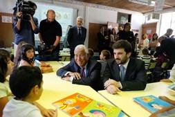 António Costa e Tiago Brandão Rodrigues ofereceram os manuais, agora gratuitos no 1º ciclo, aos alunos da Escola Ribeiro de Carvalho, no Cacém (Sintra)