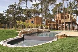 Além das tendas e das casas na árvore, o resort oferece ainda uma piscina, sauna, salas de massagem e uma escola de surf e skate