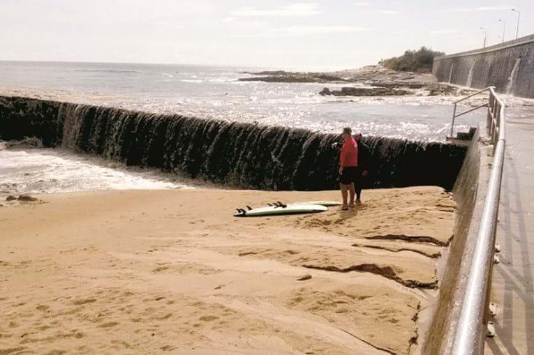 Chegaram à praia descargas de água suja de ribeiras