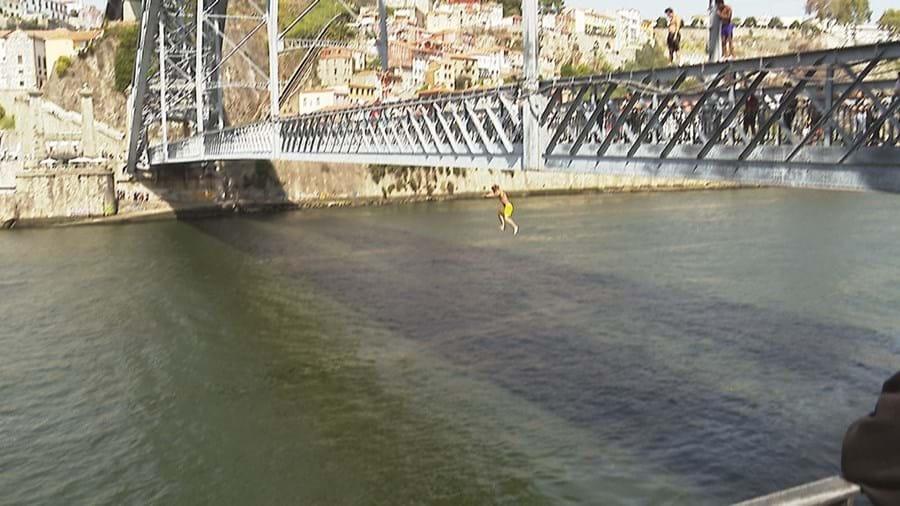 Jovens atiram-se da ponte em troca de moedas dadas pelos turistas