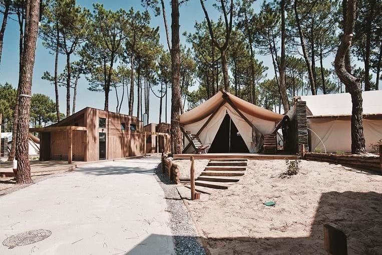 O resort tem 26 alojamentos: 19 tendas canadianas, seis casas na árvore e um bungalow adptado a mobilidade reduzida