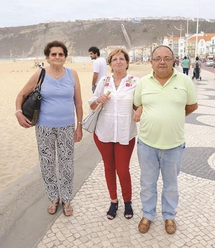 José Rodrigues, com a mulher, Isabel, e a sogra, Alice, apreciam os passeios na Nazaré. Já lá fizeram férias, mas rumaram para outros destinos