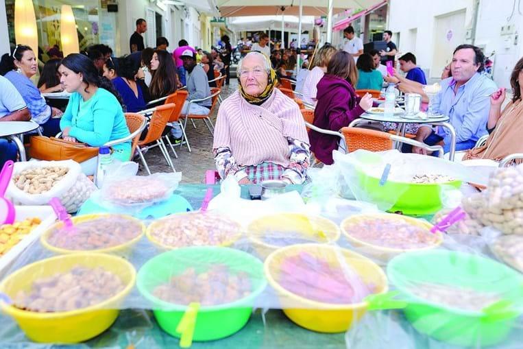 Maria Regina tem 87 anos. Vende tremoços, amendoins, figos secos numa banquinha