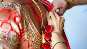 Noiva morre durante casamento indiano e noivo acaba por casar com irmã da mulher