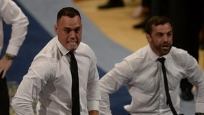 Equipa de râguebi dança o 'haka' de fato e gravata