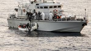 Navio português entrega 20 migrantes a Itália no mal alto