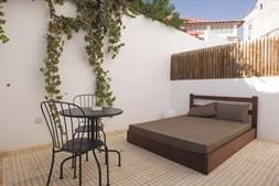 Um ambiente descontraído espera os visitantes, que podem aproveitar o espaço exterior para confraternizar