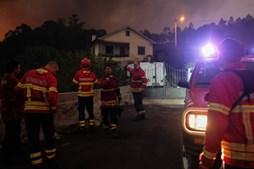 Bombeiros combatem incêndio em Valença, concelho de Viana do Castelo