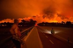 Populares observam o incêndio na Praia da Vieira, Marinha Grande