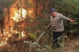Popular combate as chamas em Moita da Serra, Arganil