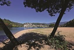 A praia fluvial de lomba fica na margem sul do rio douro e é um local muito visitado no verão