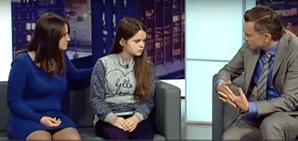 Tanya com a mãe e com o apresentador do programa 'Concerns Everybody'