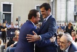 Rui Moreira foi à praça do Município em Lisboa dar um abraço a Fernando Medina na cerimónia da tomada de posse