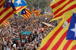 Milhares de pessoas festejaram na rua a declaração de independência da Catalunha