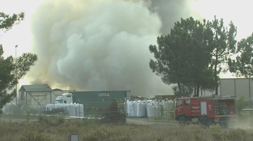 Incêndio em fábrica de pneus arde desde a madrugada - Portugal ... aebfa2df9d317