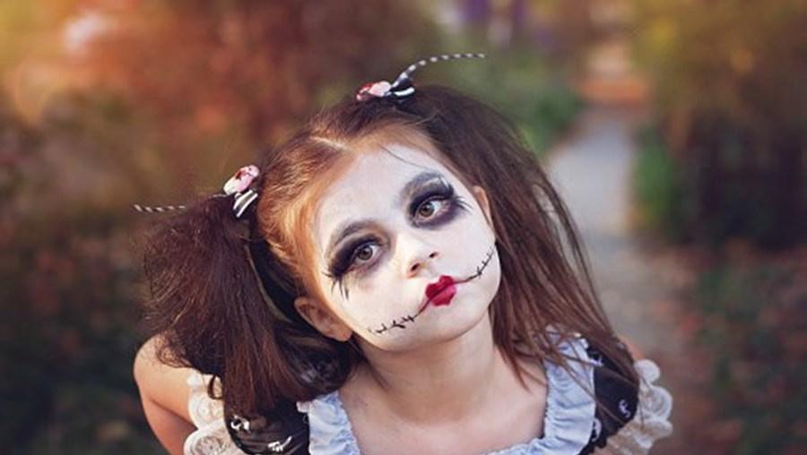 Menina pronta para celebrar o Halloween