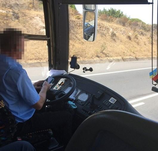 Condutor filmado a mandar mensagens enquanto conduz autocarro com turistas no Algarve