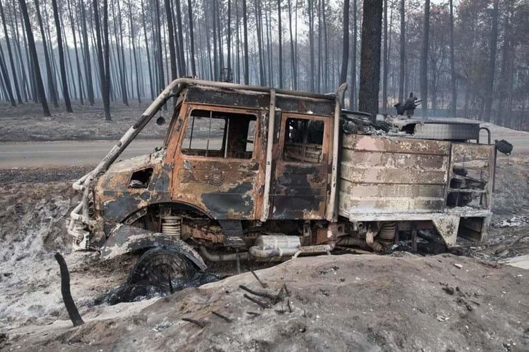 Carro dos bombeiros de Leiria destruído pelo incêndio no Pinhal de Leiria