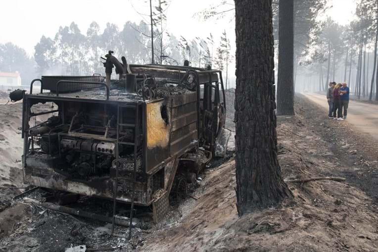 Carro dos bombeiros destruído pelo incêndio