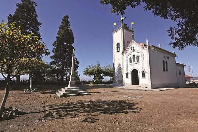 Vista exterior da Capela de Santo Isidoro no Monte Crasto