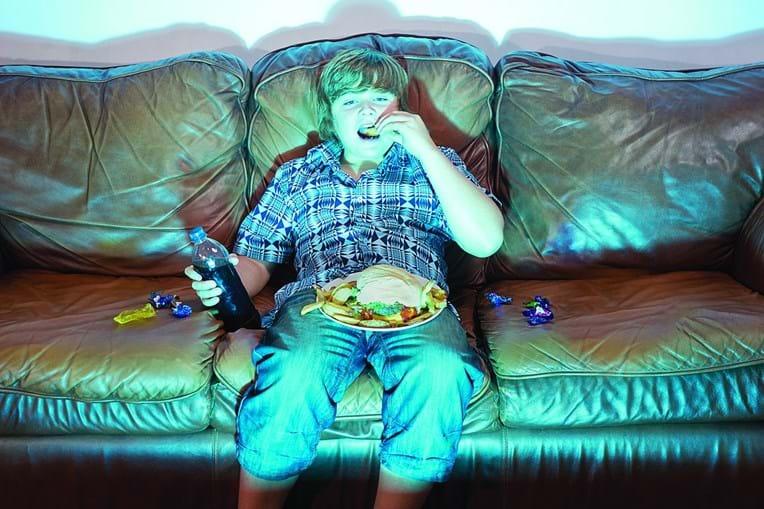 Ecrãs devem ser evitados na hora das refeições, alertam os pediatras