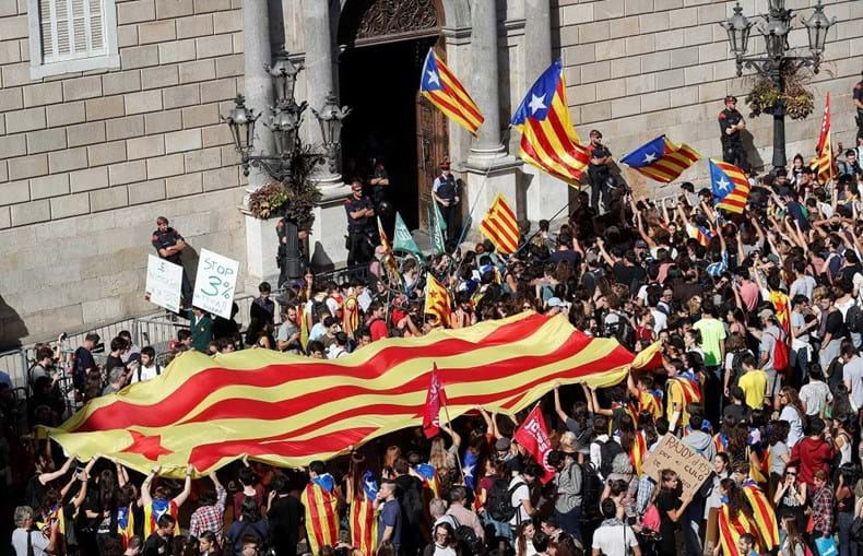 Milhares de nacionalistas concentraram-se frente à sede do governo catalão para exigir a Puigdemont que não convocasse eleições
