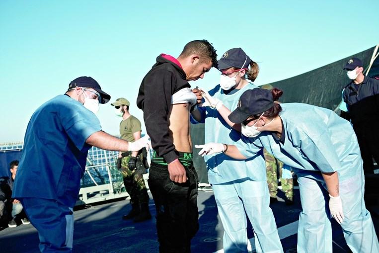 Marinha salva 48 migrantes em risco
