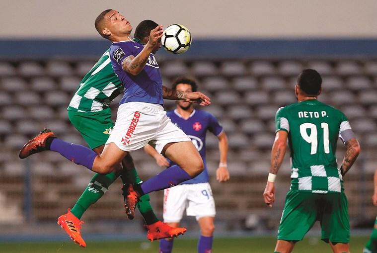 Maurides, avançado do Belenenses, tenta dominar a bola com o peito, pressionado por Bruno Ramires, do Moreirense