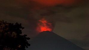 Aeroportos encerrados devido a erupção de vulcão em Bali