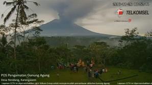 Erupção de vulcão em Bali obriga a retirar 100 mil pessoas