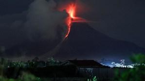 Aeroporto encerrado pelo segundo dia consecutivo devido a vulcão no Bali